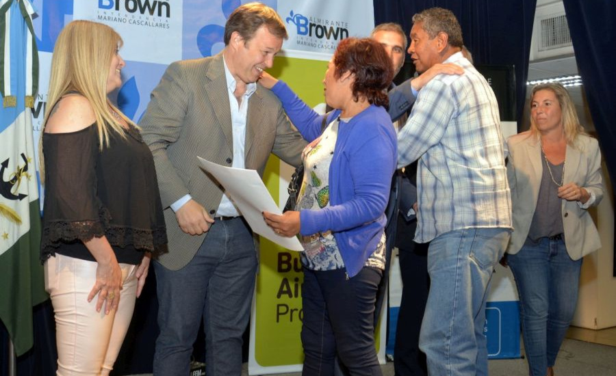 Cascallares entregó escrituras a más de 200 familias de Alte. Brown
