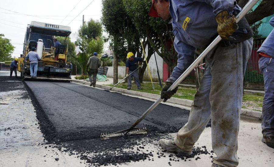 El municipio de Alte. Brown avanza con las obras de asfalto en las localidades