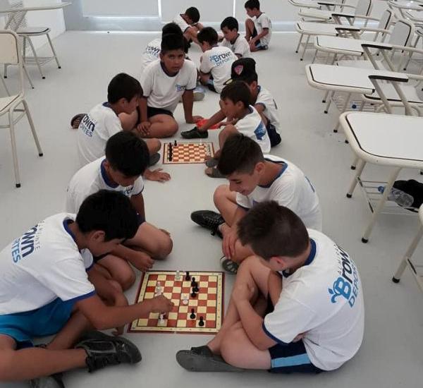 Actividades deportivas y recreativas en la colonia municipal de verano