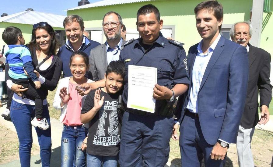 Cascallares encabezó acto de entrega de  viviendas para policías de Brown