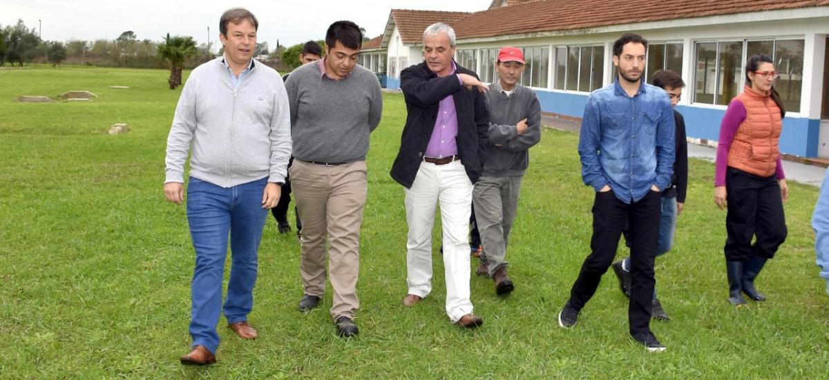 Cascallares recorrió la Escuela Agraria de Brown y entregó equipamiento
