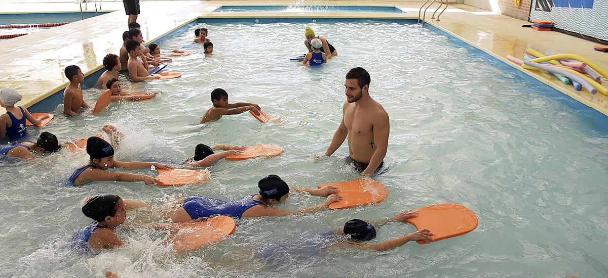 Más de 6500 niños de Alte Brown aprenden a nadar en el natatorio municipal