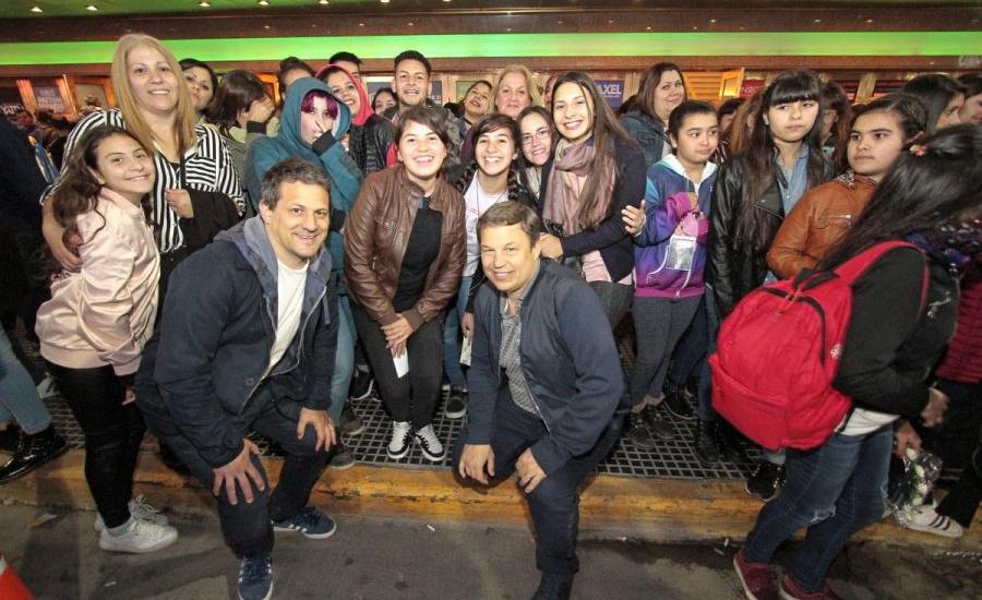 Por iniciativa del Municipio y de Axel, 400 chicos y adultos mayores disfrutaron del show del cantante browniano