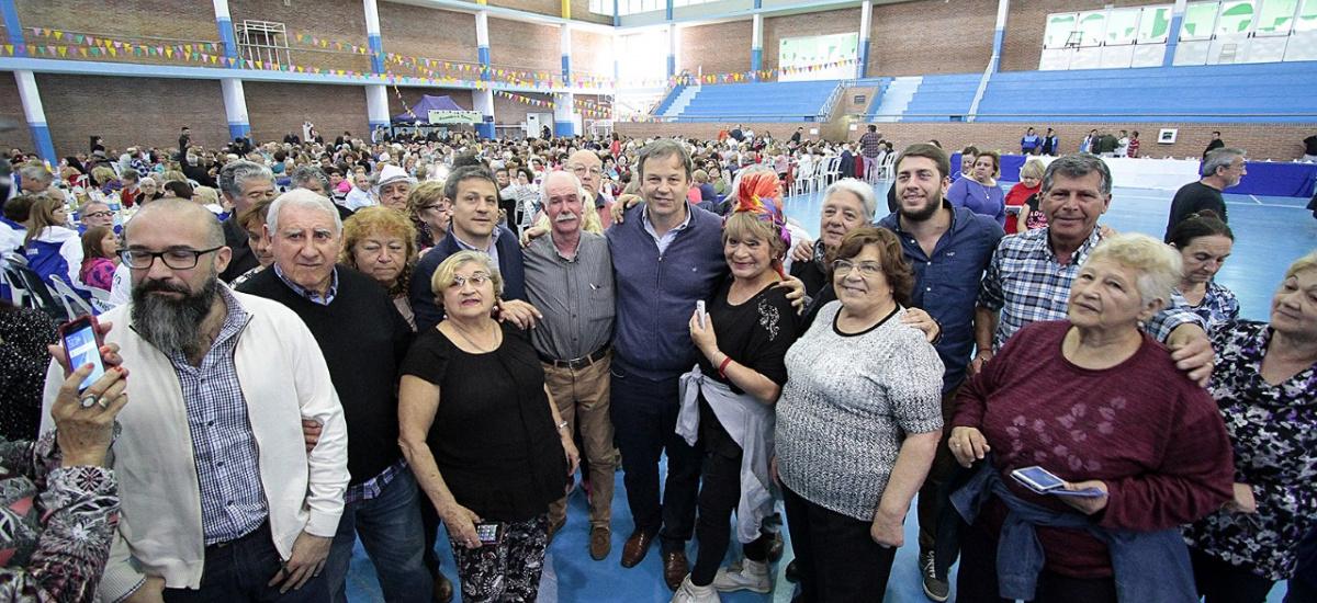 Unos 2 mil adultos mayores celebraron el día del jubilado en el Polideportivo municipal