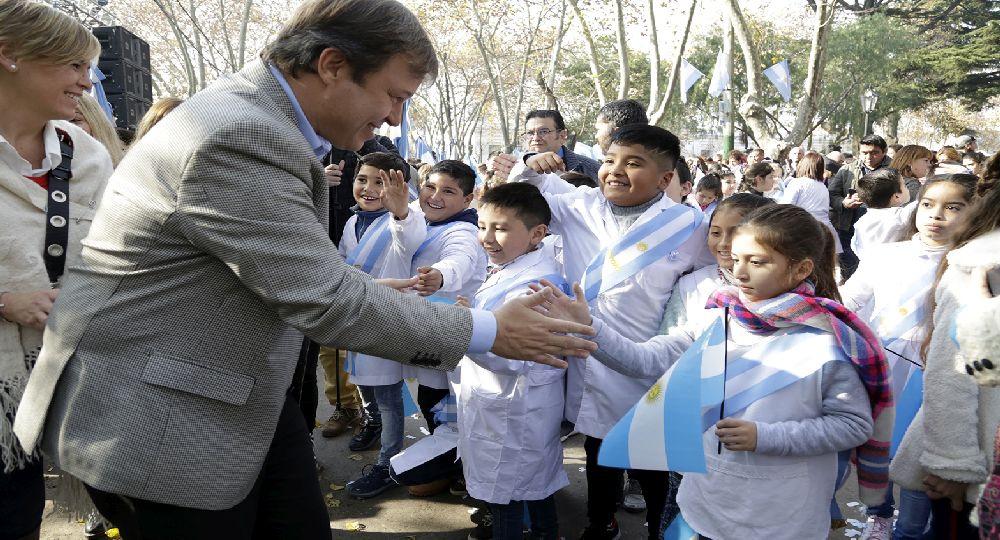 Almirante Brown celebra el Día de la Bandera con acto y desfile en la Plaza Belgrano