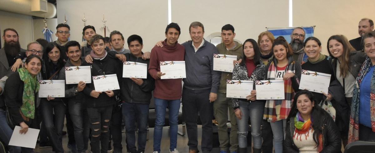 Cascallares junto a emprendedores que fueron capacitados en la gestión de sus proyectos