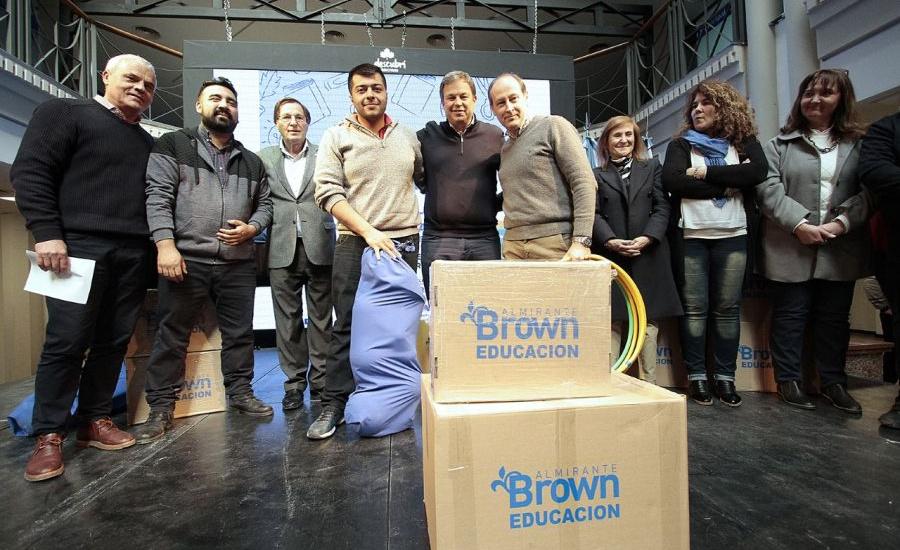 Cascallares entregó materiales educativos a 260 instituciones públicas de Alte Brown