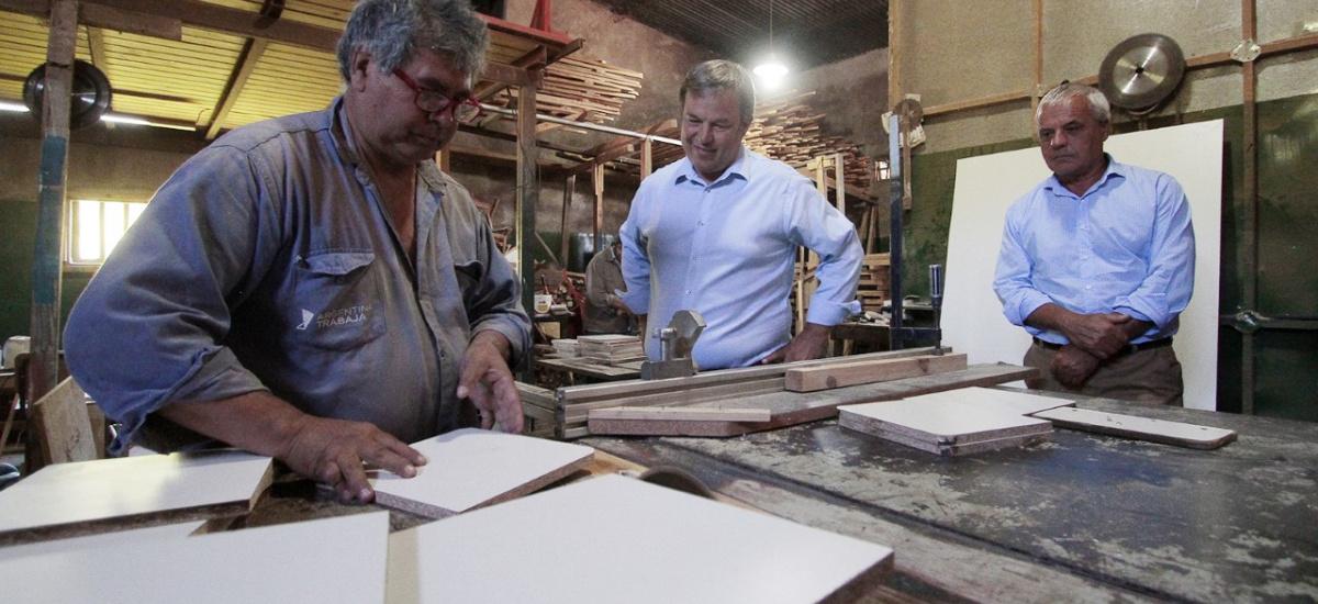 Cascallares recorrió el Polo Productivo donde el Municipio renueva el mobiliario de las escuelas