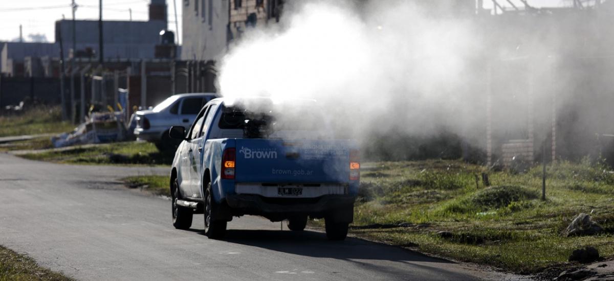 El municipio profundiza los operativos de fumigación y recomienda descacharrar en cuarentena