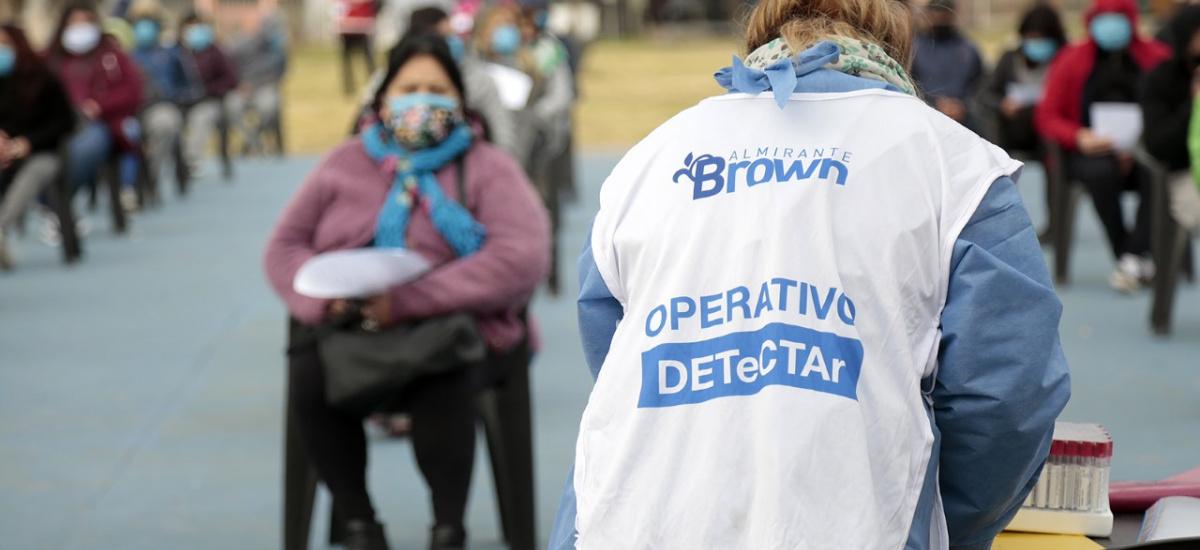 Operativo sanitario municipal en Solano: hisopados, vacunación y asistencia a pacientes de riesgo