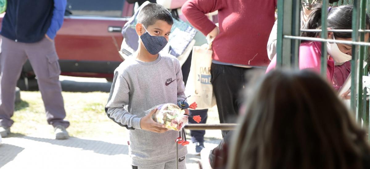 El municipio continúa entregando juguetes junto a los módulos alimentarios del SAE