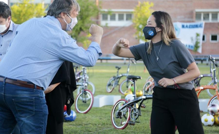 Arroyo, Cascallares e intendentes entregaron bicicletas y kits deportivos a clubes de barrio