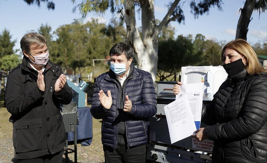 Cascallares y Arroyo entregaron maquinaria y equipamiento a emprendedores brownianos