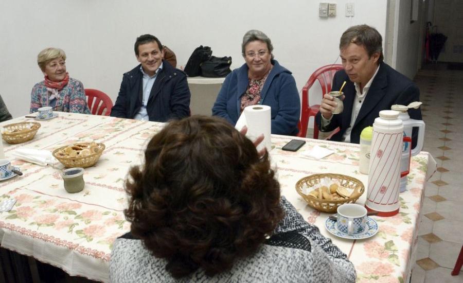 """Cascallares junto a los abuelos del Centro de Jubilados """"Capilla del Señor"""" de Calzada"""
