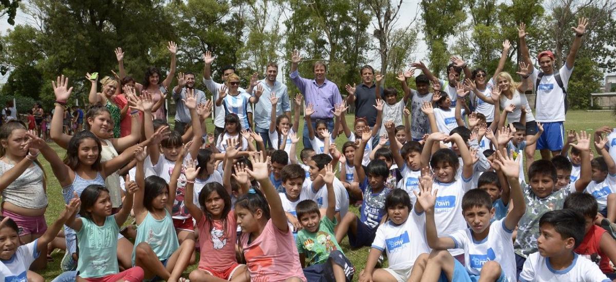 Cascallares junto a los niños de la colonia municipal
